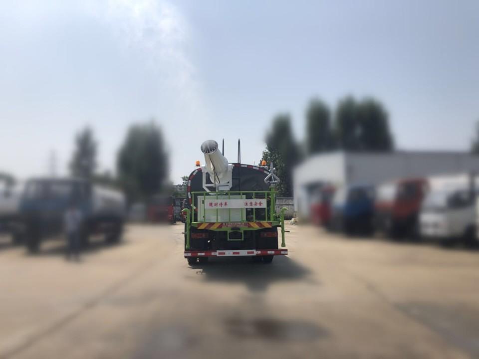 雾炮洒水车图片